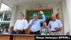 Около сотни жителей Гали и близлежащих сел в течение почти часа завороженно слушали министра обороны. Он с первых слов дал им понять, что здесь он – «свой»