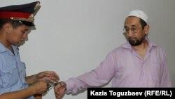 Сәкен Тулбаев (оң жақта) Бостандық аудандық сотында. Алматы, 28 мамыр 2015 жыл.