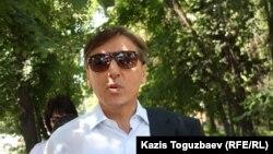 """Оппозициялық """"Азат"""" партиясының жетекшісі Болат Әбілев. Алматы, 31 мамыр 2013 жыл."""