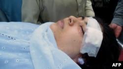Малала Юсуфзайдың басы мен мойнынан оқ тиіп жараланды. 9 қазан 2012 ж.