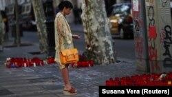 Імпровізований меморіал на місці нападів на бульварі Лас-Рамблас у центрі Барселони, 20 серпня 2017 року