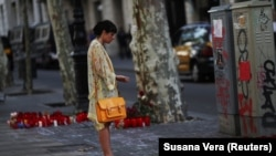 Барселонадағы теракт болған орында тұрған әйел. Испания, 20 тамыз 2017 жыл.