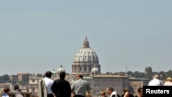 Turistët në Romë duken më të qetë, 11 maj 2011.