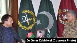 د افغانستان سفیر ډاکټر حضرت عمر زاخیل وال او د پاکشتان د پوځ مشر جنرال قمر جاوید باجوه.