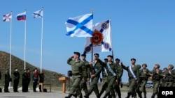 Ruski marinci marširaju u bazi u Sevastopolju