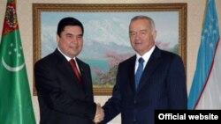 Türkmenistanyň we Özbegistanyň prezidentleri Berdymuhamedow (ç) we Karimow (s)
