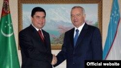 Президент Туркменистана Гурбангулы Бердымухаммедов (слева) и президент Узбекистана Ислам Каримов.