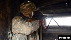 Հայկական բանակի զինծառայողը մարտական հերթապահություն է իրականացնում Ադրբեջանի հետ սահմանին, արխիվ