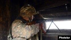 Ерменски војник на границата со Азербејџан.