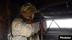 Հայկական բանակի զինվորը հսկում է Ադրբեջանի հետ սահմանը, արխիվ