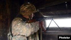Հայկական բանակի զինվորը մարտական հենակետում, արխիվ