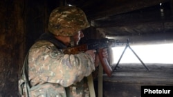 ՀՀ ԶՈւ զինծառայողը հայ-ադրբեջանական սահմանին մարտական հերթապահության ժամանակ, արխիվ