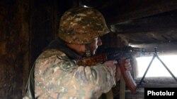 Հայ զինվորը մարտական հենակետում՝ հերթապահության ժամանակ, արխիվ