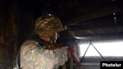Հայ զինծառայողը դիրքերում հերթապահության ժամանակ, արխիվ