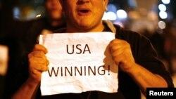 Amerikanët duke festuar vrasjen e Bin Ladenit. Nju Jork, 2 maj 2011.