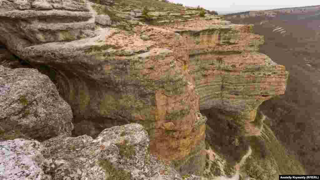 Між обривами куести (ліворуч) починається Зміїна печера