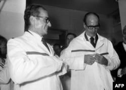 ژیسکار دستن در کنار شاه، در زمان بازدید شاه از مرکز تحقیقات هستهای فرانسه