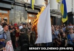 Під час акції біля Адміністрації президента України, на якій спалили білий «прапор капітуляції». Київ, 10 червня 2019 року