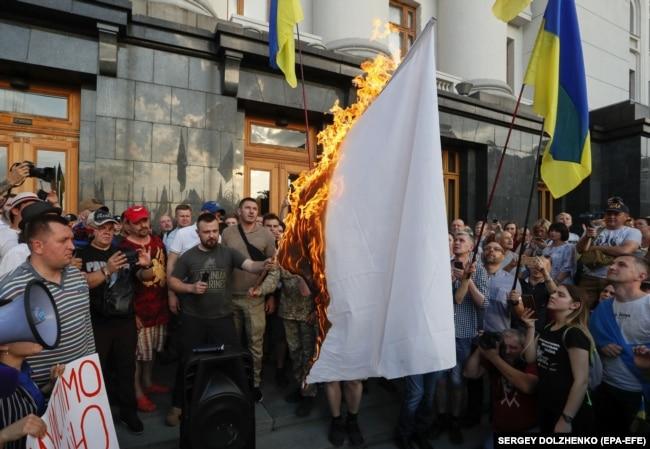 Під час акції біля Адміністрації президента України проти «капітуляції та реваншу проросійських сил в Україні», на якій спалили білий «прапор капітуляції». Київ, 10 червня 2019 року