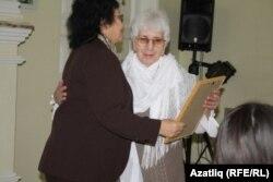 Бибинур Сабировага өлкә татар конгрессы исеменнән рәхмәт хаты тапшыру