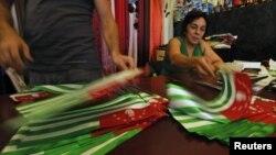 В прошлом году впервые группа молодых людей в социальной сети Facebook обратилась ко всем с призывом выйти в этот день в национальной одежде или одеться в цвета абхазского национального флага – белый, красный и зеленый