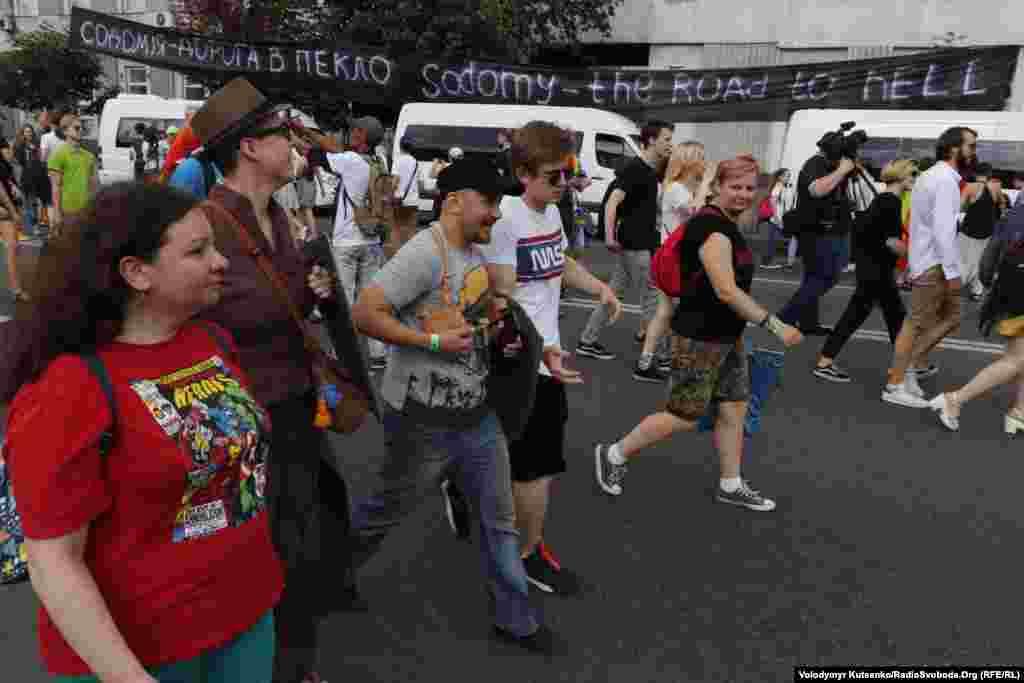 К мирной демонстрации присоединились не только представители ЛГБТ-сообщества, но и все желающие. Параллельно с Маршем равенства проходили две акции противников проведения подобных мероприятий. Вдоль маршрута шествия противники развернули черные баннеры и выкрикивали негативные лозунги в отношении участников Марша равенства.
