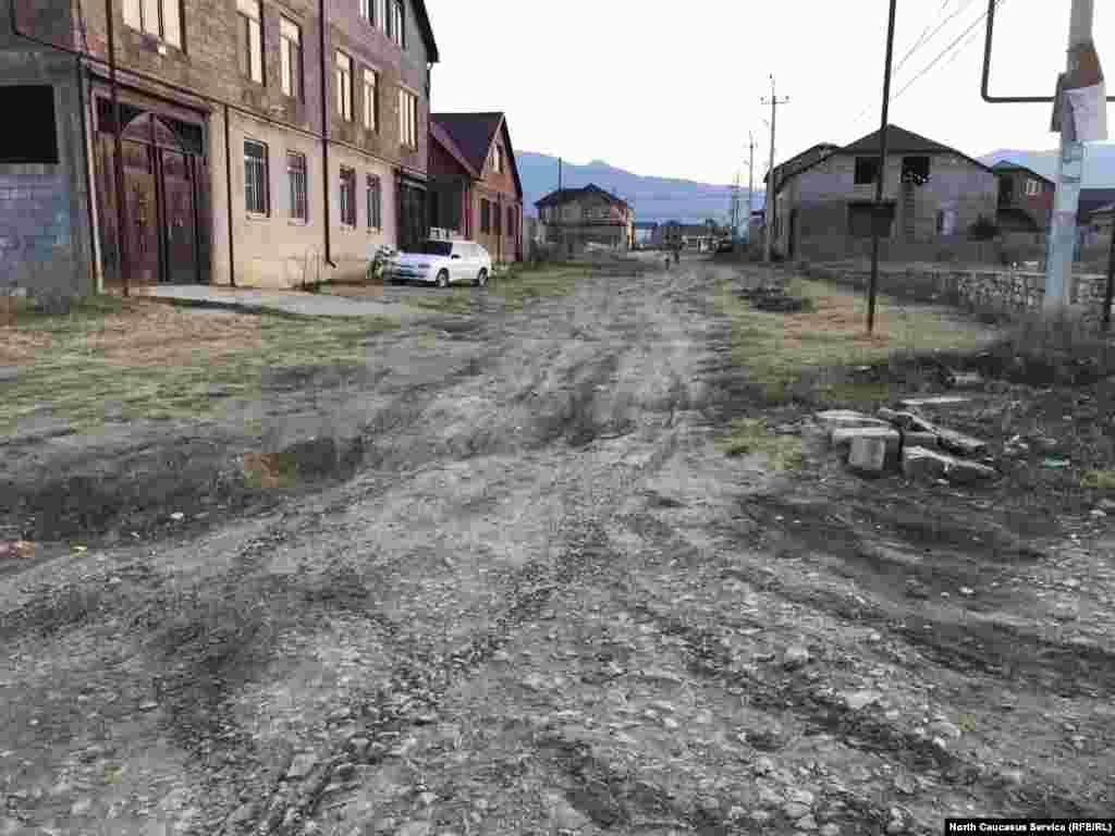 Одна из улиц в Семендере, которую жильцы попытались засыпать гравием.