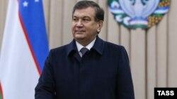 Шавкат Мирзияев президент сайлауында дауыс беріп тұр. Ташкент, 4 желтоқсан 2016 жыл.