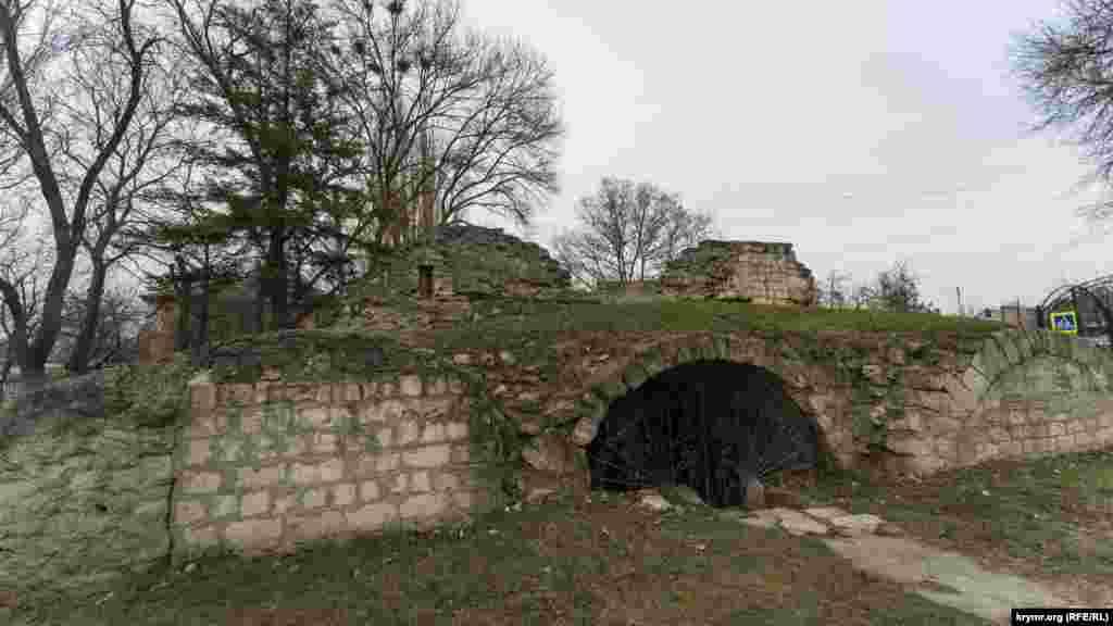 Руїни караван-сараю Таш-Хан («кам'яного двору» – з тюркської) біля входу в нинішній однойменний дитячий парк. Він був свого роду середньовічним заїжджим будинком для купців і мандрівників