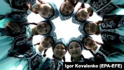 Kyrgyz girls in national costumes take part in Norouz celebrations in Bishkek. (epa-EFE/Igor Kovalenko)