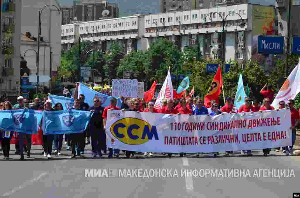 МАКЕДОНИЈА - Подобар закон за работни односи и подобар колективен договор, К-15 и стоп за мобингот се дел од барањата кои синдикатите на првомајските протести во Скопје ги доставија до Владата. Протестите, организирани од пет различни синдикати почнаа на пет различни места, но сепак завршија заедно пред Владата.