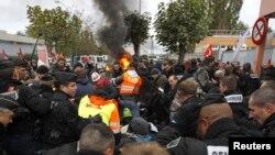 Poliția intervenind pentru deblocarea intrării rafinăriei de petrol Grandpuits