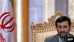 محمود احمدی نژاد در جریان کنفرانس خبری
