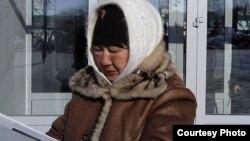 Тамара Ерғазева, қала әкімдігіне шеру өткізуге өтініш беруге келді. Жаңаөзен, 14 ақпан 2012 жыл. Суретті блогшы Дина Байділдаева түсірген.