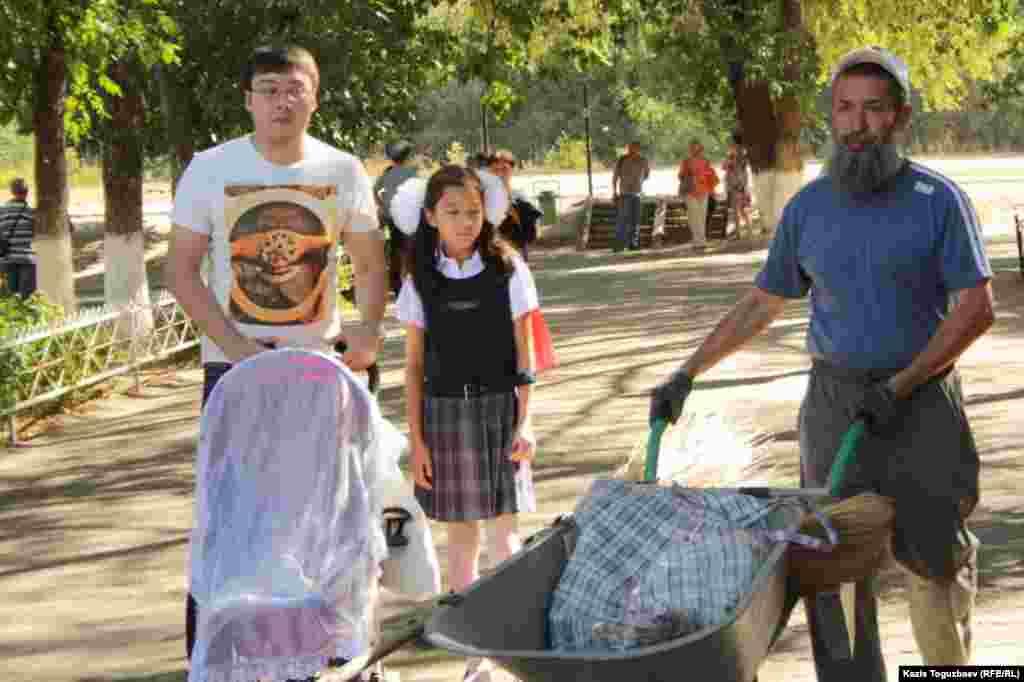 Каждый со своей коляской. На празднике первого звонка в школе-гимназии № 60 в Алматы. 1 сентября 2014 года.