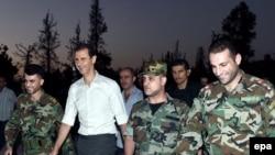 Siriýanyň prezidenti Başar al-Assad we siriýaly harbylar.
