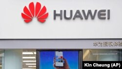 Логотип компанії Huawei на магазині в китайському місті Шеньчжень
