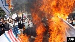 شرکت کنندگان در تظاهرات روز جهانی قدس، پرچم های آمریکا و اسرائیل را به آتش کشیدند.(عکس: AFP)