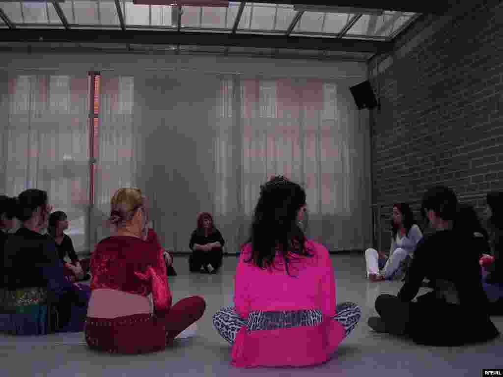 شهروندان اروپایی که در کلاس رقص صوفی شرکت کرده اند، ابتدا با برخی مفاهیم اولیه فلسفه شرق و برخی نام ها آشنا میشوند