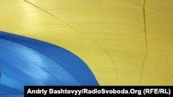 Представники українських патріотичних організацій розгорнули великий український прапор на Михайлівській площі, 23 серпня 2010 року