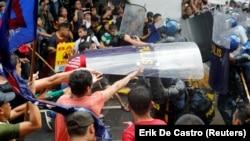 АСЕАН елдері саммиті кезінде Дональд Трампқа қарсы өткізіліген митингіде полиция мен наразылар қақтығысып қалды. Манила. 13 қараша, 2017 жыл.