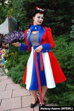 Девушка в костюме цветов французского флага на мероприятии, посвященном Дню взятия Бастилии. Алматы, 13 июля 2014 года.