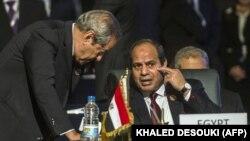 Abdel Fattah al-Sisi (sağda), arxiv fotosu