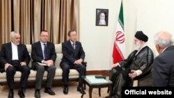 جفری فلتمن (نفر دوم از چپ)، دیپلمات ارشد پیشین آمریکایی، در مقام معاون دبیرکل سازمان ملل در دیدار بان کیمون با آیتالله خامنهای