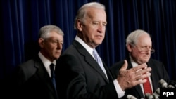 سناتور جوزف بایدن به همراه سناتور چاک هيگل از حزب جمهوریخواه . آقای هیگل درباره استراتژی جرج بوش در عراق می گوید راهبردی در این باره وجود ندارد
