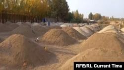 Свежевыкопанные могилы на кладбище в Узбекистане.