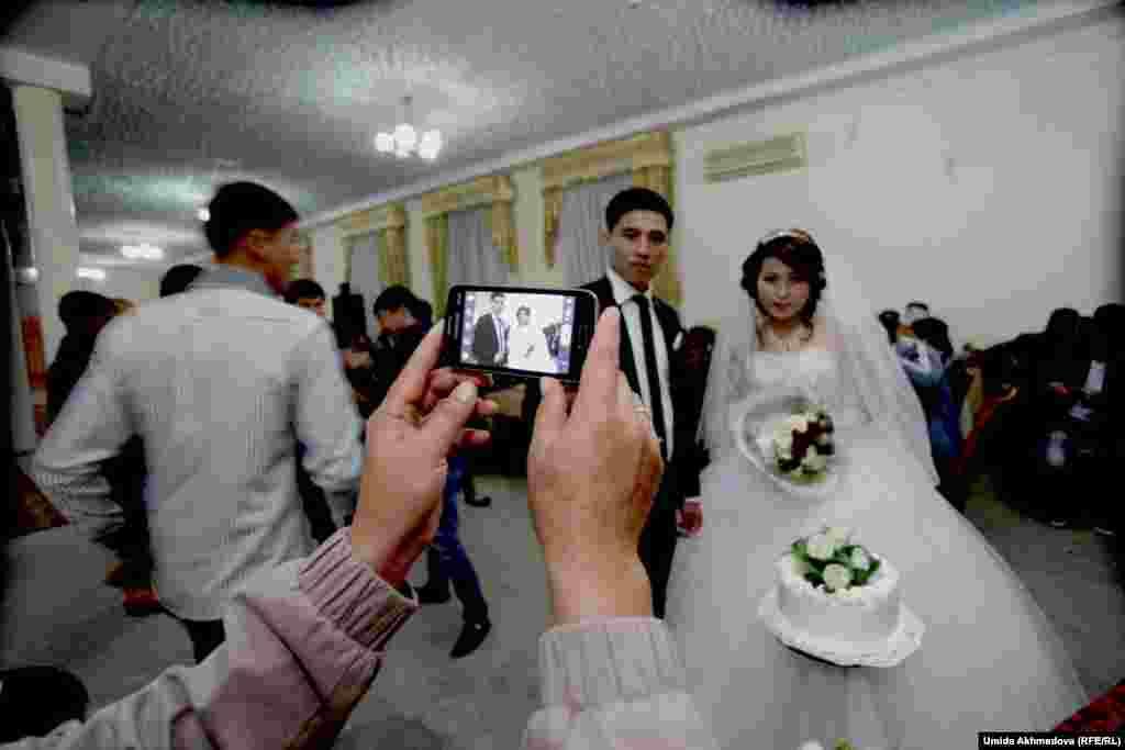 От желающих сфотографировать жениха и невесту не было отбоя. Подобная практика появилась недавно, но, похоже, успела укорениться.