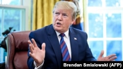 Президент США Дональд Трамп став об'єктом критики з боку його політичних опонентів через відкладення другого пакета санкцій через справу Скрипалів