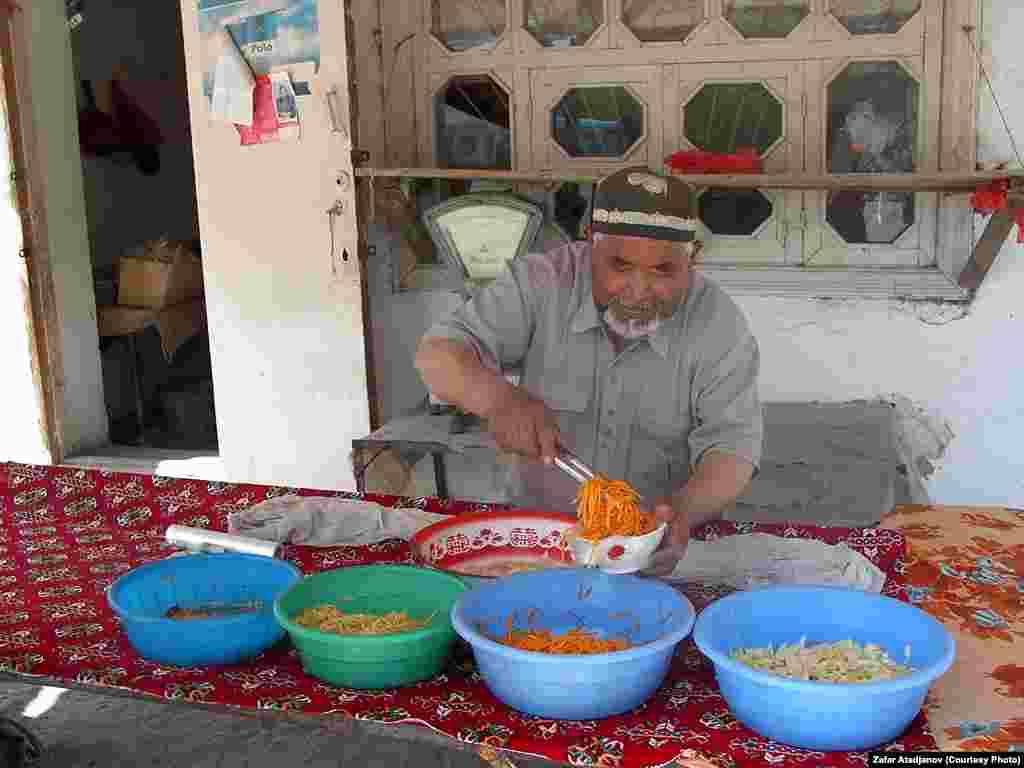 Продавец салатов на местном базаре