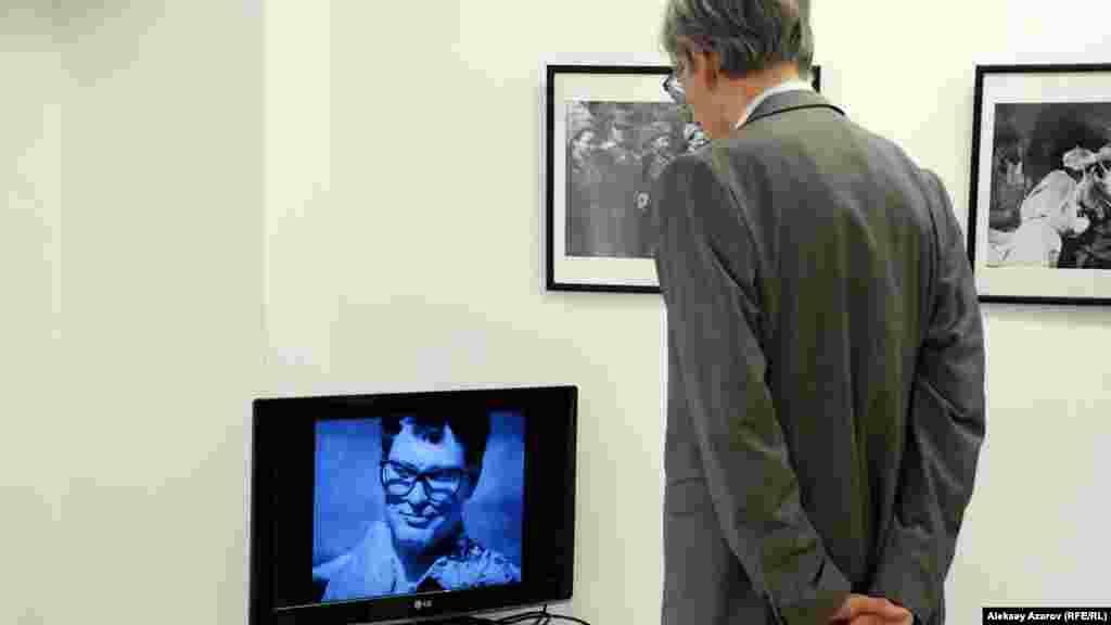 На мониторе – кинохроника военных лет. Выставка «Одна победа» из фотографии из фондов Национального архива США и Центрального госархива кино- и фотодокументов Казахстана.